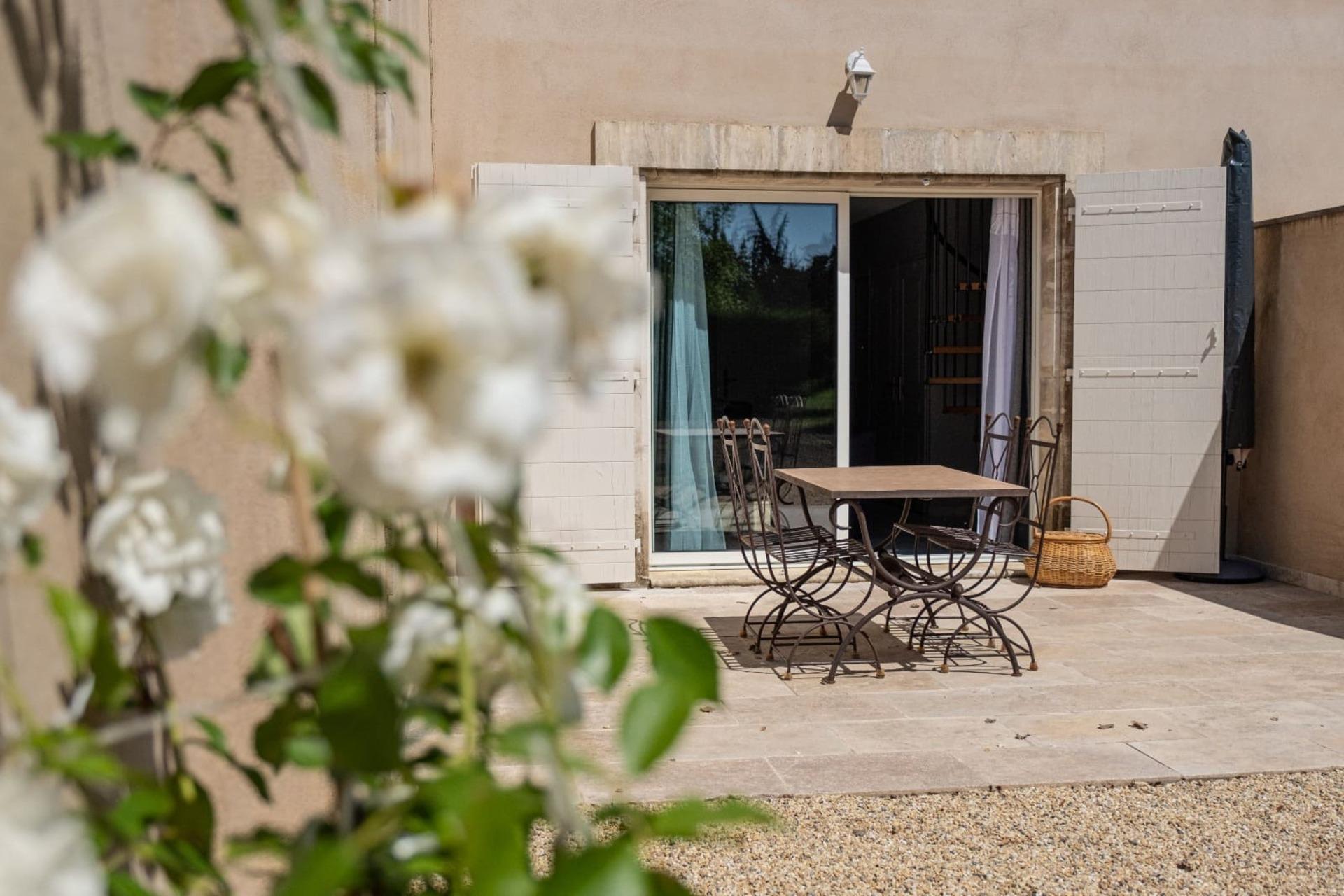 Terrasse petit gite Romanin